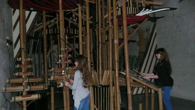 Des personnes jouent des instruments de musique dans la Nef musicale de Musikenfête