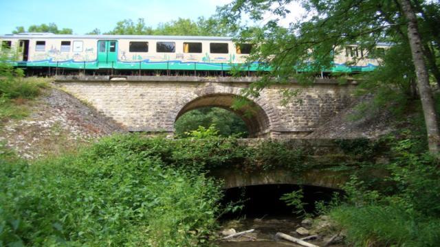 Train sur pont à 2 étages au dessus de la brisse cours d'eau à Thoré-la-Rochette