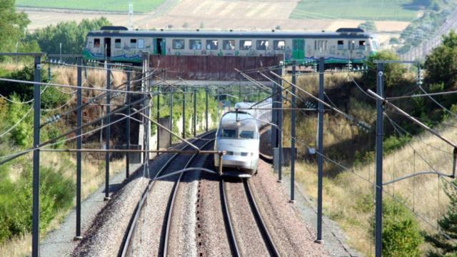 Le TGV passe en dessous du TTVL à Varennes