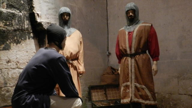 Mannequins costumés en chevaliers au Château des Enigmes à Fréteval