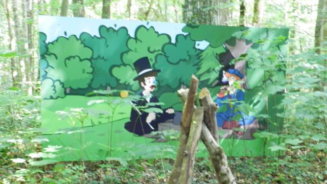 Un tableau avec deux personnages dessus dans les bois du Château de Rocheux à Fréteval