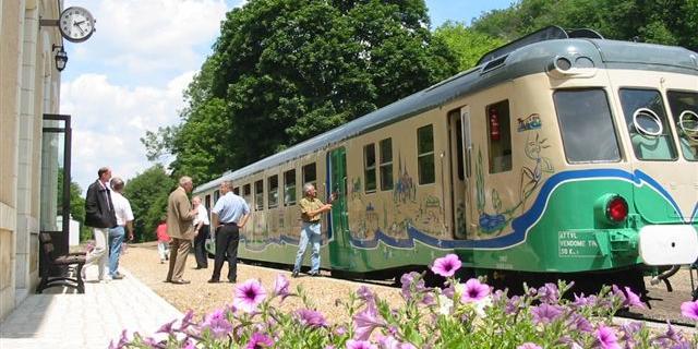 Train touristique à quai en gare de Thoré-la-Rochette