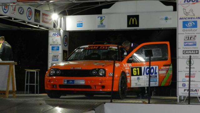 Voiture de Rallye sur le podium à Vendôme
