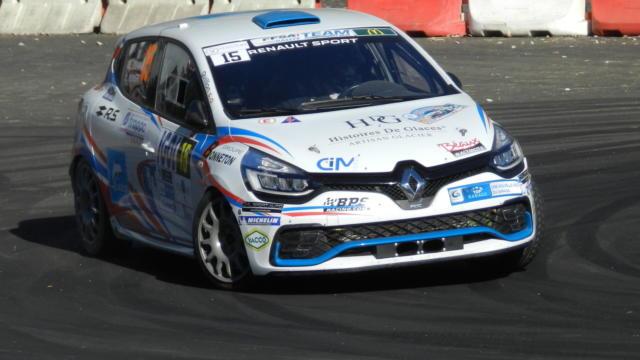 Voiture de rallye sur le circuit de la spéciale à Vendôme