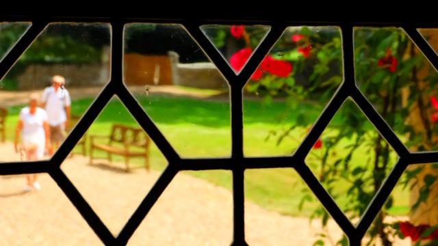 Vue sur le parc à travers une fenêtre du manoir de la Possonnière à Vallée de Ronsard
