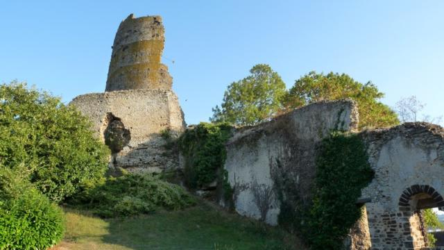 Vue d'ensemble de la forteresse de Mondoubleau dans le Perche