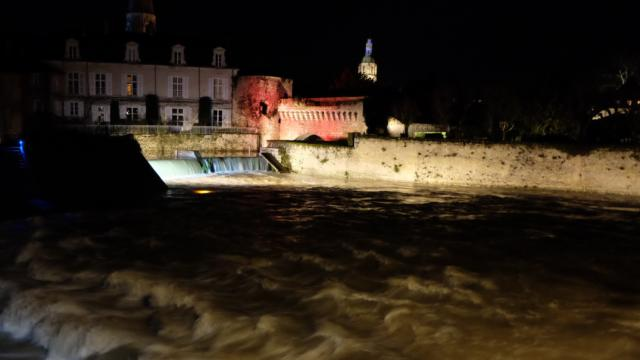 Porte d'eau en bord de Loir by night