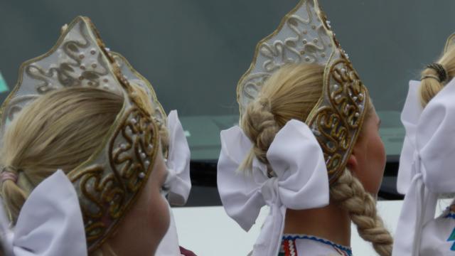Coiffures de danseuses pendant le festival de Montoire-sur-le Loir, les Folklores du Monde