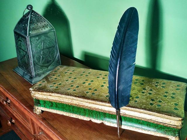 Mise en scène (plume, lanterne et boîte) pour représenter l'Escape Castle de Fréteval