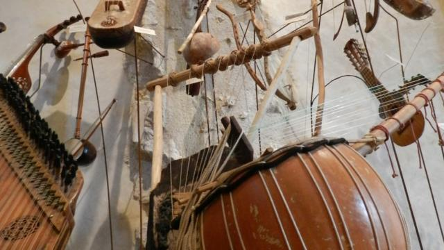 Ensemble d'instruments de musique au musée Musikenfête à Montoire-sur-le Loir