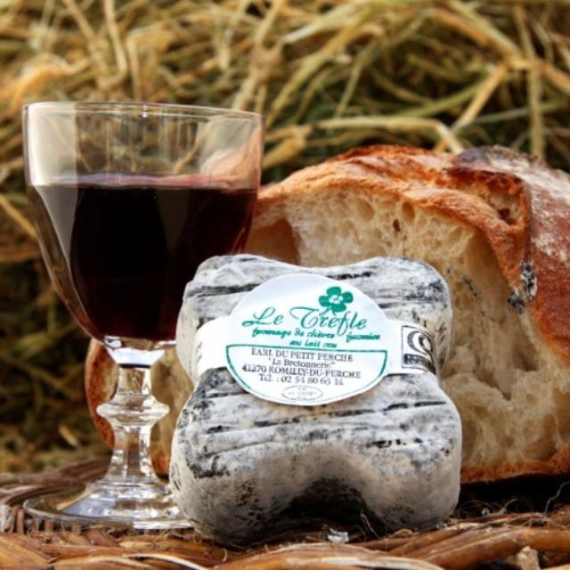 Produits du terroir : verre de vin, trèfle et pain