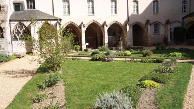 Cour du Cloître de l'Abbaye de la Trinité à Vendôme