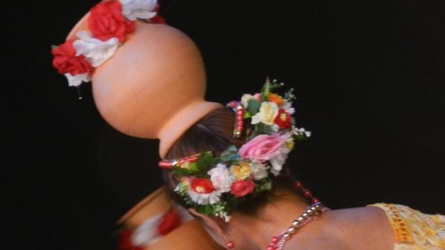Coiffe de danseuses au Festival de folklore à Montoire-sur-le Loir