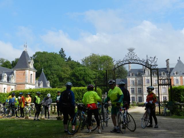 Groupe de cyclotouristes au Château des Énigmes à Fréteval